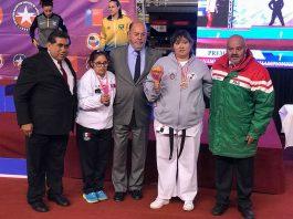 Ganadoras de primeras medallas de bronce para México en Para Karate en el Campeonato Panamericano Karate Santiago 2018, acompañadas de presidente FEMEKA, Óscar Godínez a la izquierda; presidente WKF, Antonio Espinós, al centro con traje gris; y Eduardo Tovar, derecha chamarra tricolor.