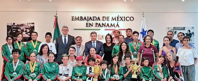 Integrantes equipo ISKF-México y autoridades de Embajada de México en Panamá.
