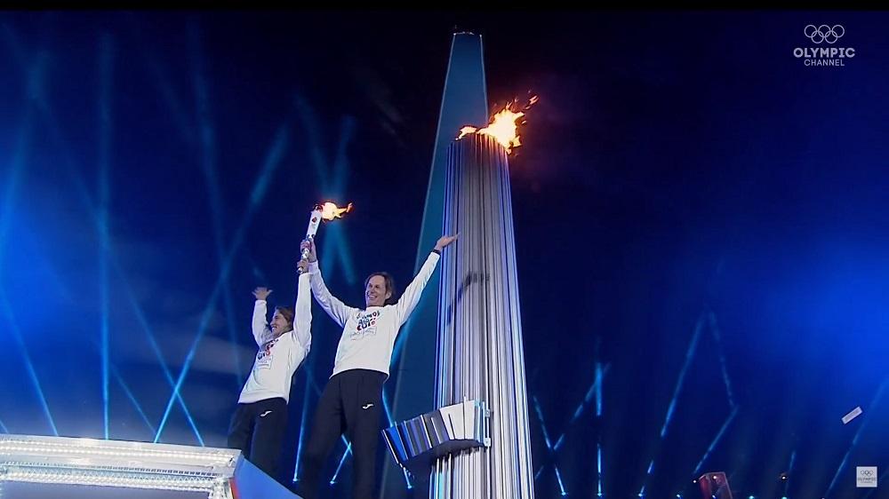 Paula Pareto y el regatista Santiago Lange, ganadores de Oro en Río 2016, encendieron el Fuego Olímpico.. (Foto YouTube Olympic).