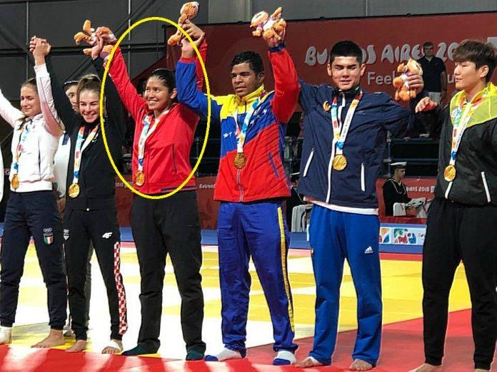 La judoca mexicana Itzel Guadalupe Pecha Tapia subió al pódium en los Juegos Olímpicos de la Juventud Buenos Aires 2018, después de ganar el oro en equipo mixto internacional con el team Beijing.