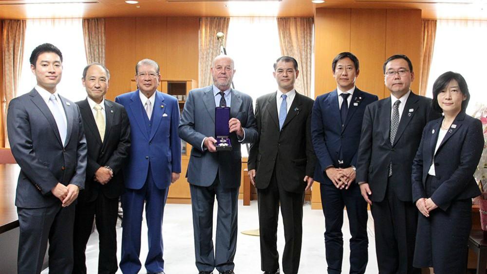Gracias a su contribución al progreso y la universalidad del Karate en el mundo, el presidente de la World Karate Federation (WKF), Antonio Espinós, recibió la Orden japonesa del Sol Naciente, la Estrella de Oro y la Estrella de Plata en Tokio.