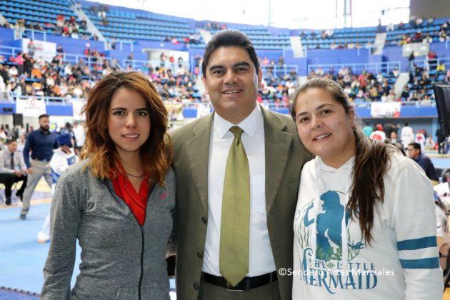 José Ángel Sanabria, Pdte. ACTKD, con Ashanti Ramírez (izq.) y Carla Castillo (der.) Equipo Eventos Deportivos B.J.