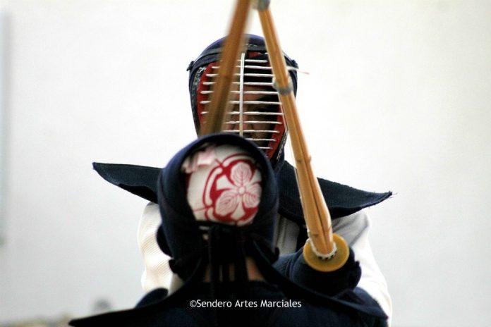 """En un inicio el Kendo no era un deporte, era un arte de guerra, que dio origen en la época de los Samurái. Anteriormente se llamaba Kenjutsu, que significa """"Arte de guerra"""" y Kendo significa """"El camino de la espada""""."""