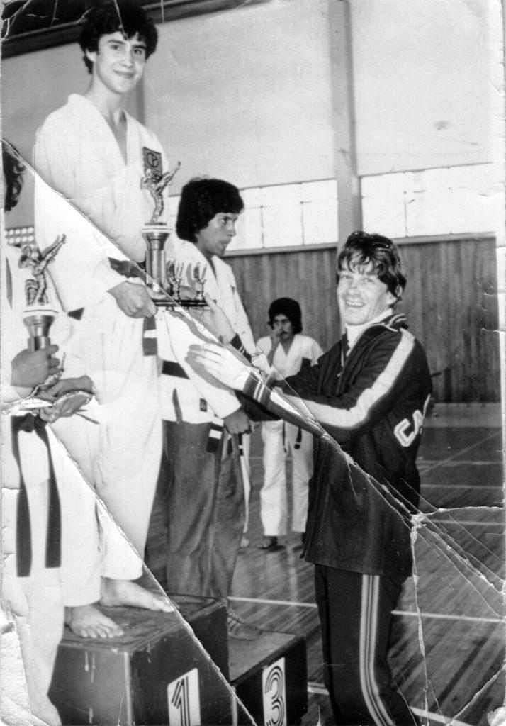 Juan Leonel Sierra Olagaray entregando trofeo a su alumno Roberto Hernández. Foto: Cortesía.