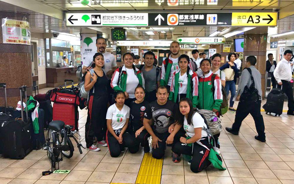 Equipo de Karate Club Mundet-casa de las Mercedes, en Aeropuerto de Tokio, Japón. Foto Cortesíaaeropuerto japon