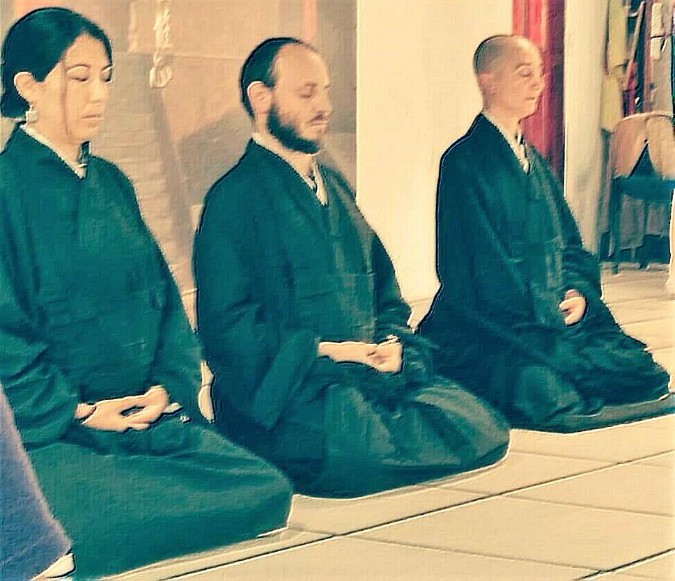 Danitze Velasco, Monja Zen en meditación con otros compañeros monjes. Foto Cortesía.