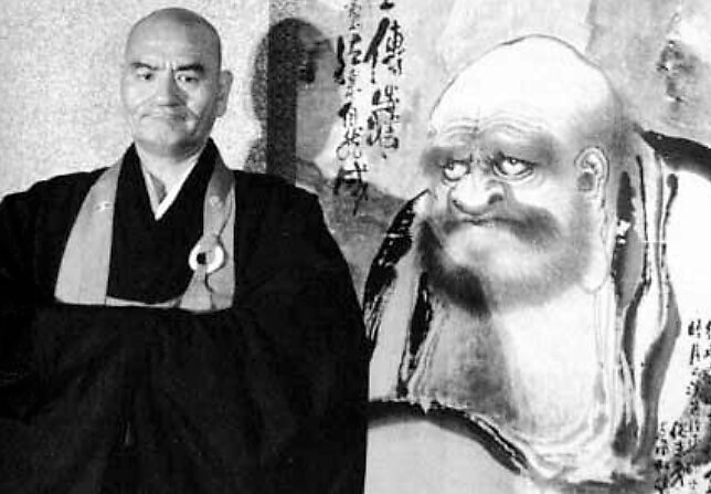 Taisen Deshimaru al lado de una pintura de Bodhidharma