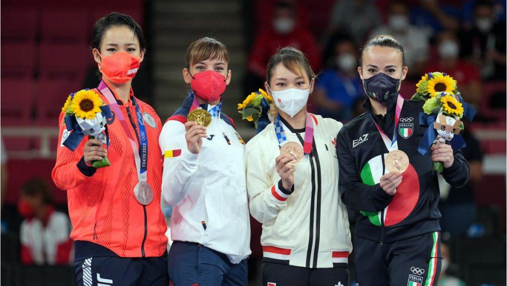 Primeras medallistas olímpicas de la historia del karate en kata femenil. Foto WKF.